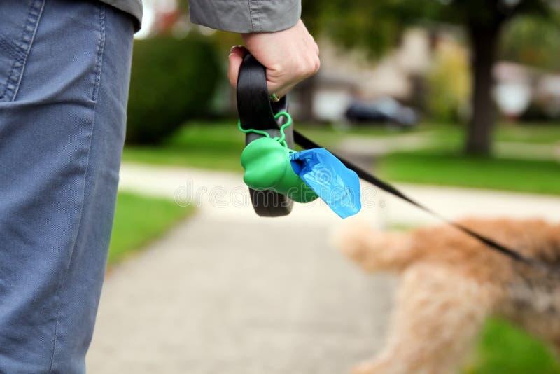 Équipez sélectionner/nettoyant des crottes de chien images libres de droits