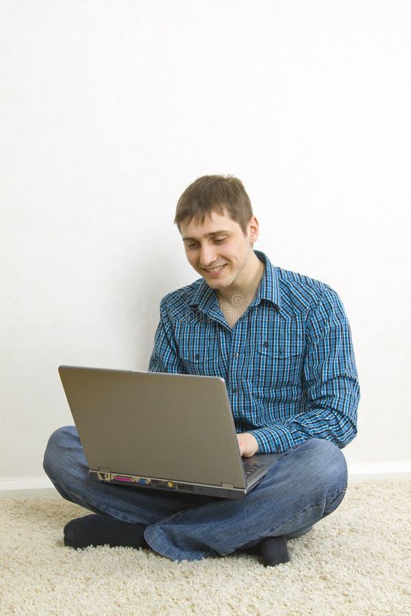Download Équipez Se Reposer Sur L'étage Utilisant Un Ordinateur Portatif Image stock - Image du internet, étudier: 8663595