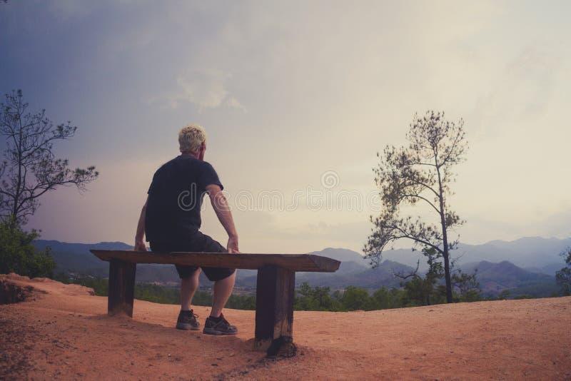 Équipez seul se reposer sur le banc regardant le paysage photographie stock libre de droits