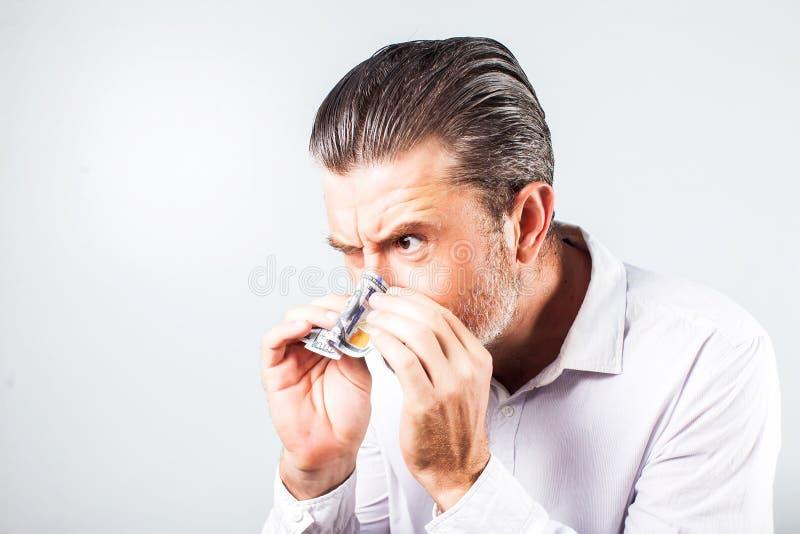 Équipez souffler son nez dans les billets de banque - photos libres de droits