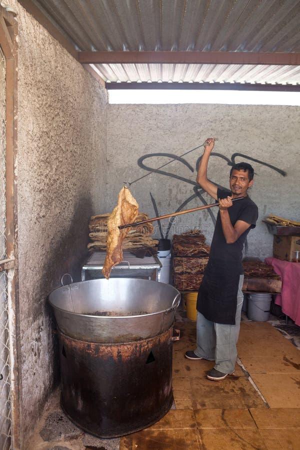 Équipez supporter chicharrone de cerdo dans le San Miguel de Allend photo stock