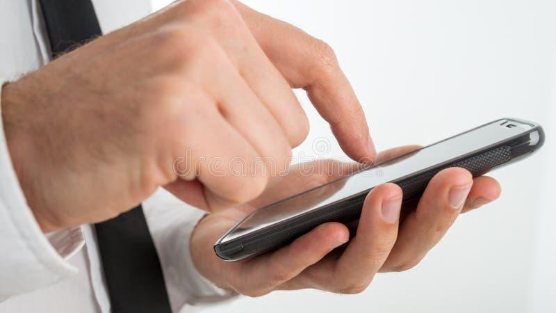 Équipez surfer l'Internet ou faire un appel sur un smartphone photos stock