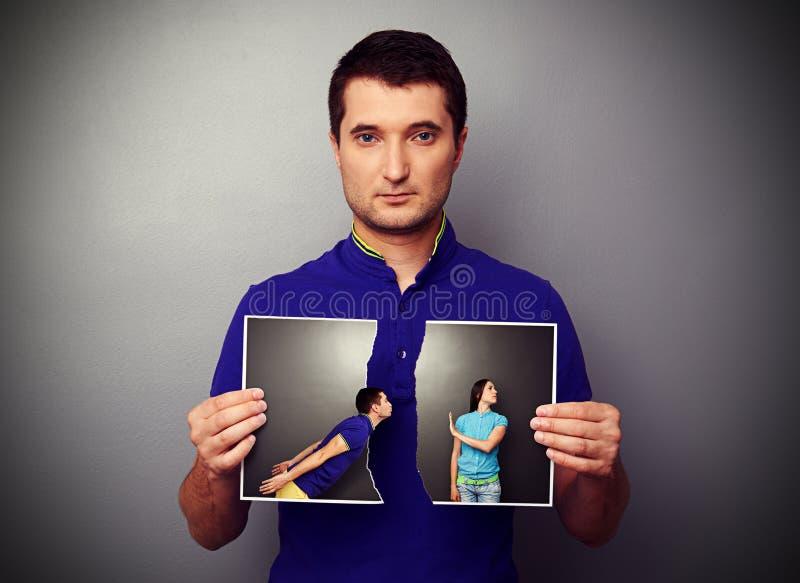 Équipez tenir la photo lacérée de jeunes couples photo stock