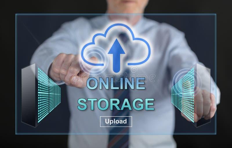 Équipez toucher un concept de stockage en ligne sur un écran tactile image stock