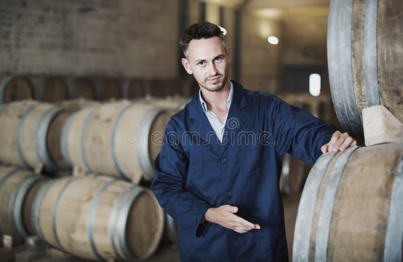 Équipez travailler à l'équipement secondaire de fermentation dans le manufa d'établissement vinicole images libres de droits