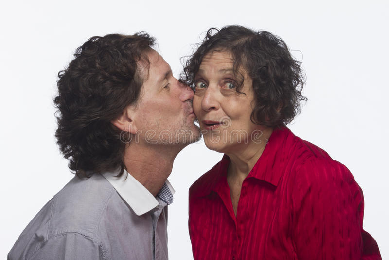 Équipez voler un baiser de la femme, horizontale images libres de droits