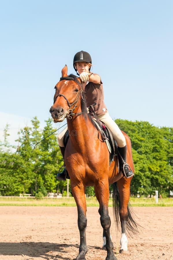 Équitation équestre de jeune adolescente à cheval sur le cheval de châtaigne photos stock