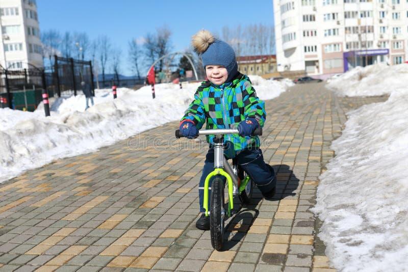 Équitation d'enfant sur le vélo d'équilibre photos stock