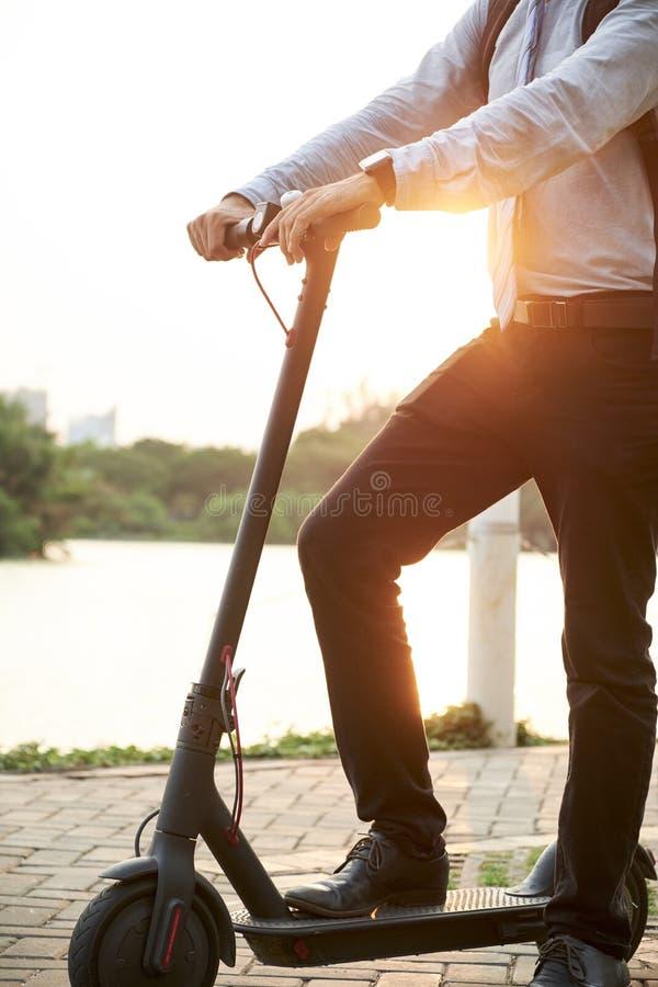 ?quitation d'homme sur le scooter en parc photo stock