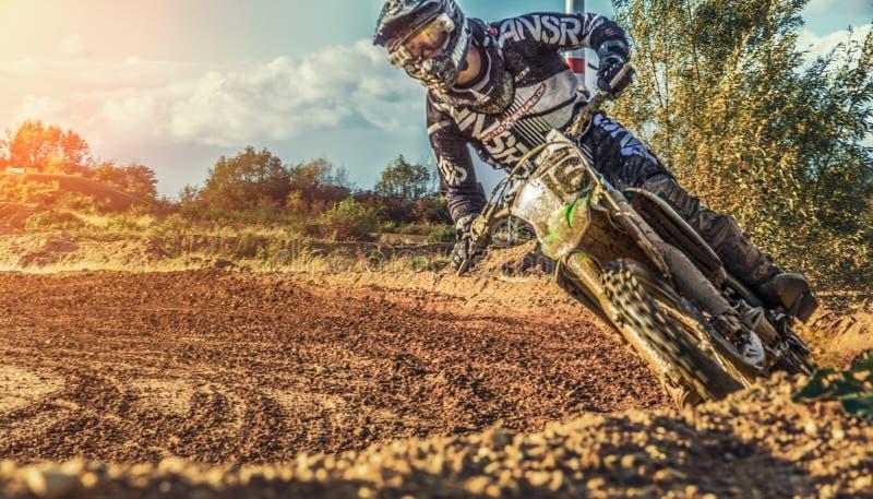 Équitation de cavalier de MX de motocross sur la cendrée photos stock