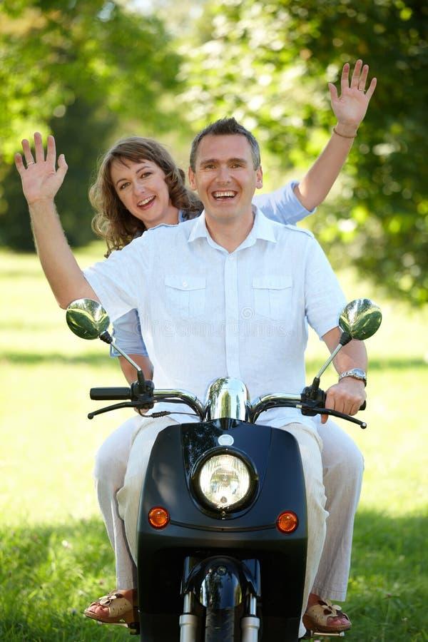 Équitation de couples photos stock