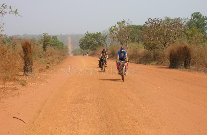 Équitation de cycliste sur la route photo libre de droits
