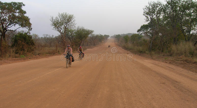 Équitation de cycliste sur la route image libre de droits