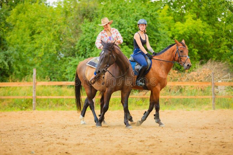 Équitation de femme jockey de cow-girl et de femme sur des chevaux images stock