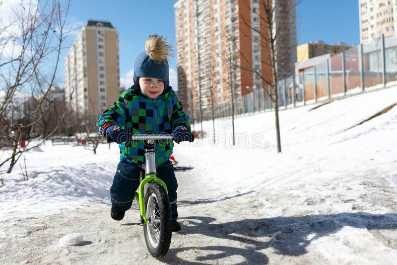 Équitation de garçon sur le vélo d'équilibre photos libres de droits