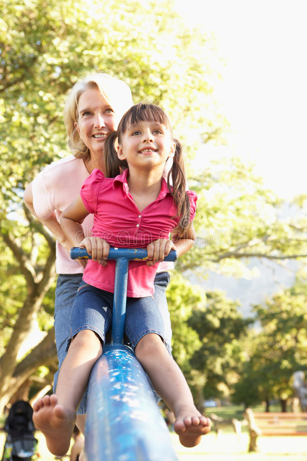 Équitation de grand-mère et de petite-fille sur la balançoir photographie stock libre de droits