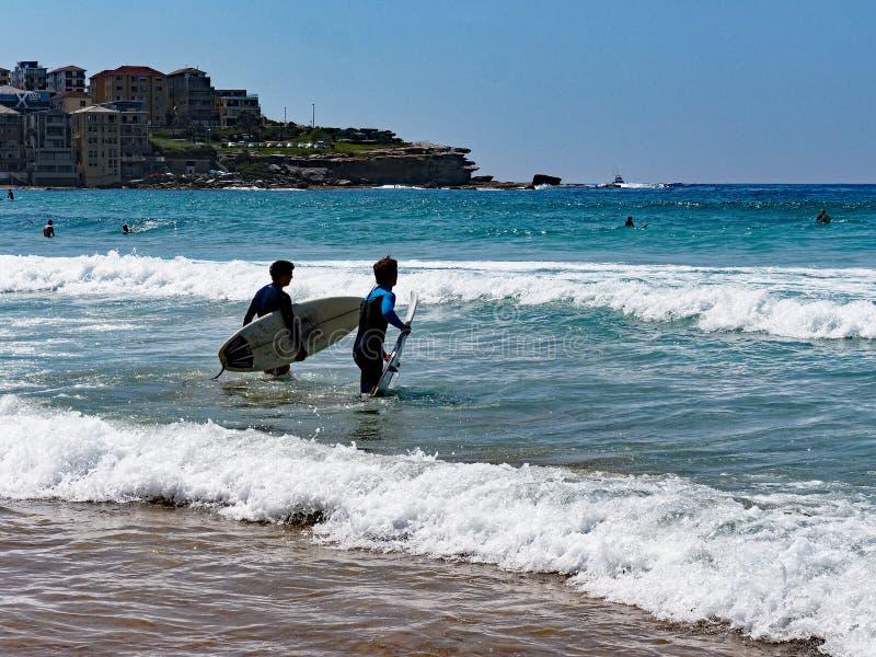 Équitation de panneau de ressac à la plage de Bondi, Sydney, Australie image libre de droits