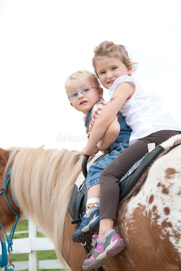 Équitation de poney photographie stock