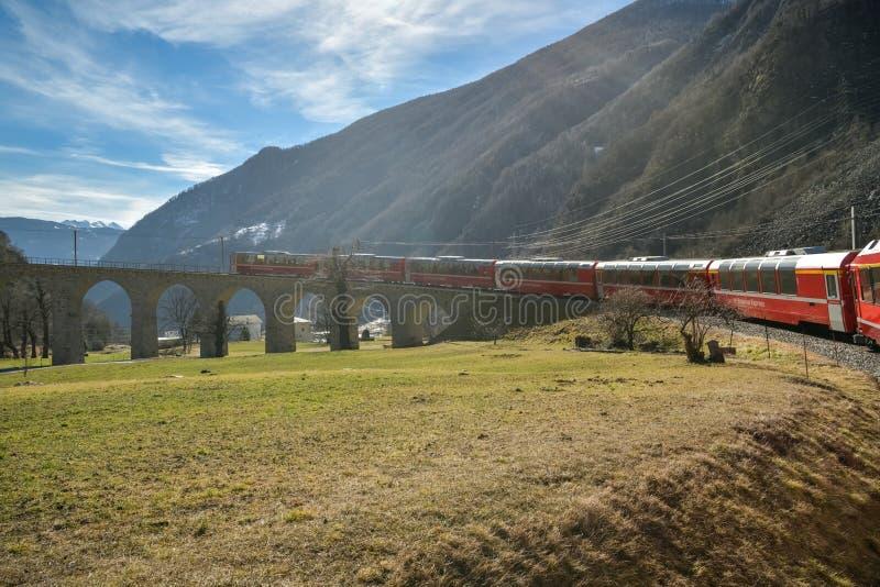 Équitation de train rapide de Bernina en bas du viaduc en spirale célèbre de Brusio images stock