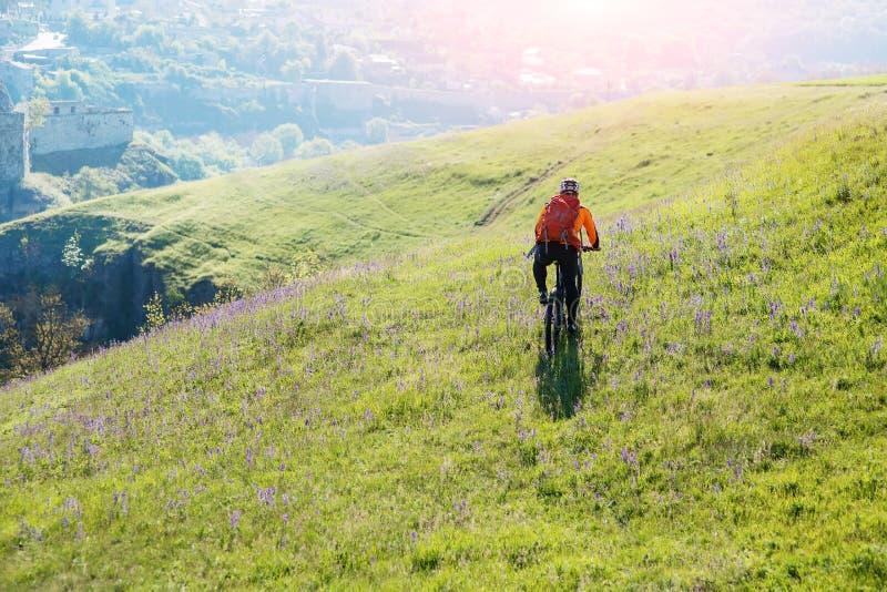 Équitation de voyageur de jeune homme sur la bicyclette avec le sac à dos rouge images libres de droits