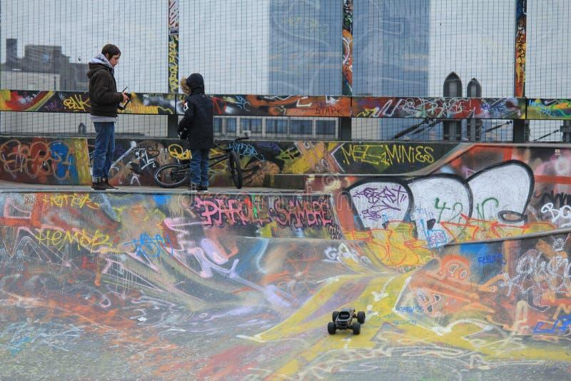 Équitation et graffiti de panneau de patin photographie stock libre de droits