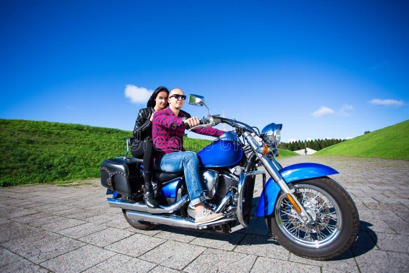 Équitation heureuse de couples sur la rétro motocyclette images libres de droits