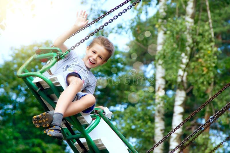 Équitation heureuse de garçon en parc photographie stock libre de droits