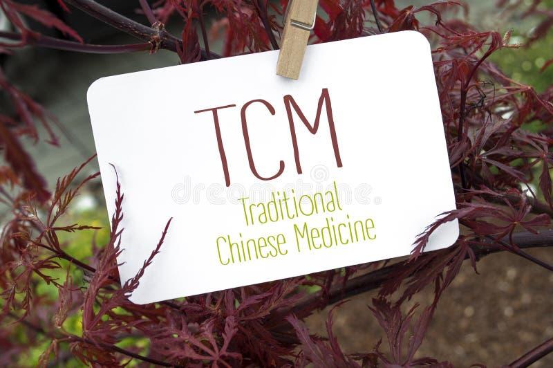 Érable japonais rouge avec le panneau de carte et le TCM photo libre de droits