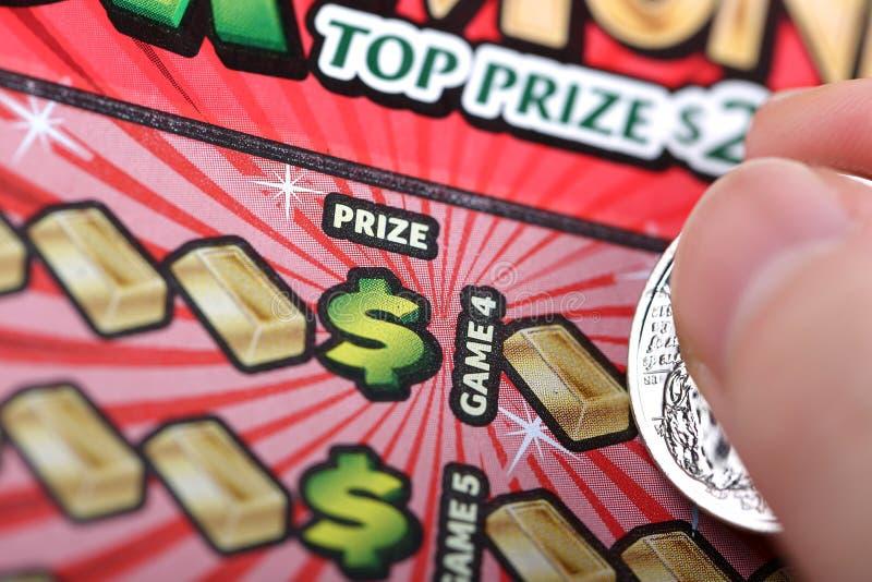 Éraflure du billet de loterie photographie stock