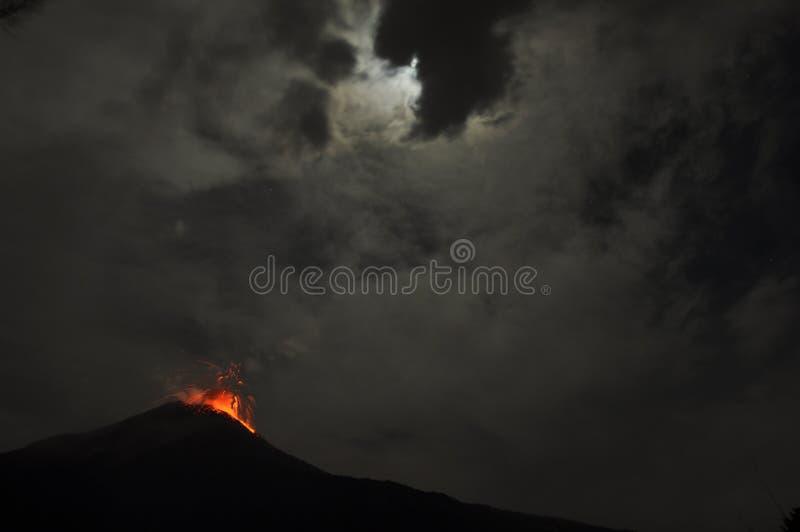 Éruption d'un volcan photographie stock libre de droits