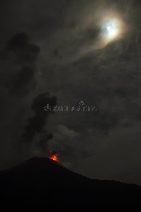 Éruption d'un volcan Tungurahua photo libre de droits