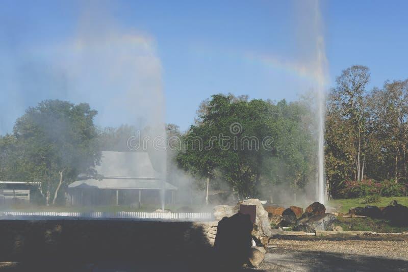 Éruption de geyser l'eau géothermique de explosion de source thermale image stock