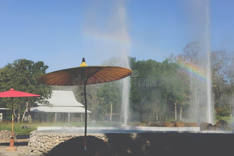 Éruption de geyser l'eau géothermique de explosion de source thermale images libres de droits