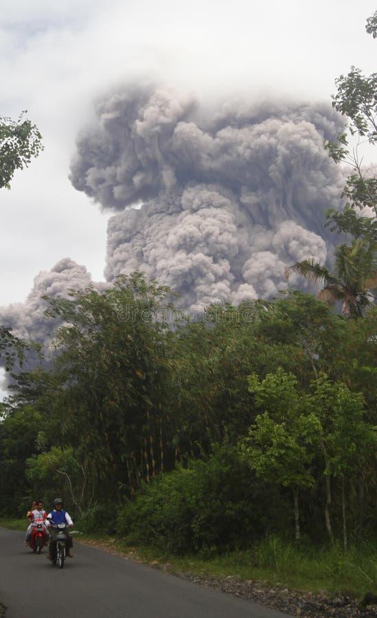 Éruption de Merapi images libres de droits