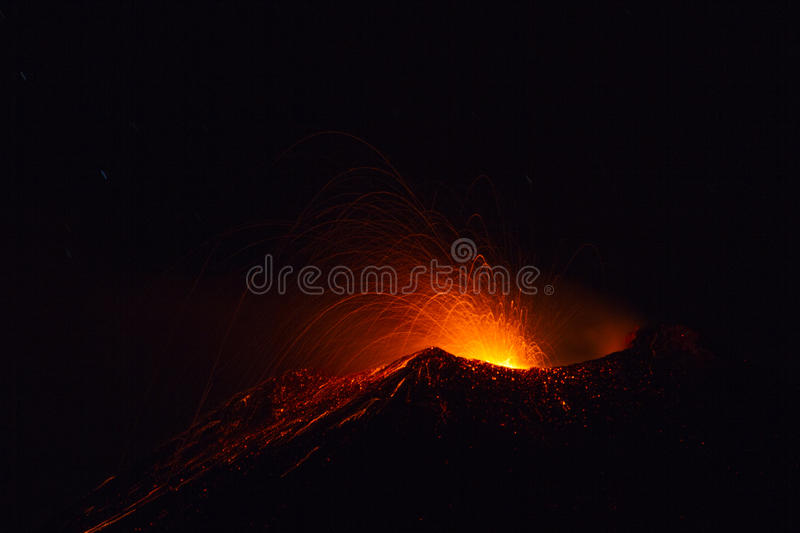Éruption de nuit de l'Etna photo stock