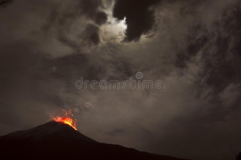 Éruption de nuit. Volcan de Tungurahua, Banos, occidental de Cordillère photos libres de droits