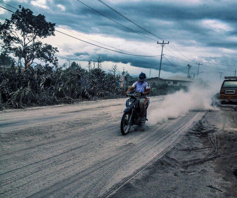 Éruption de Sinabung dans la rue photographie stock