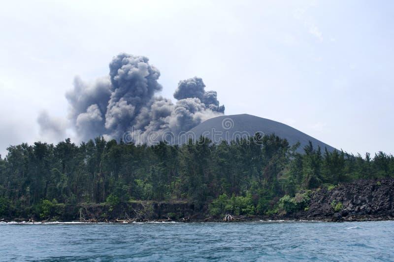 Éruption de volcan. Anak Krakatau images libres de droits