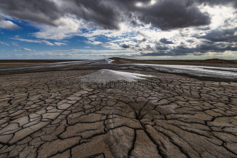 Éruption de volcan de boue, phénomène naturel images stock