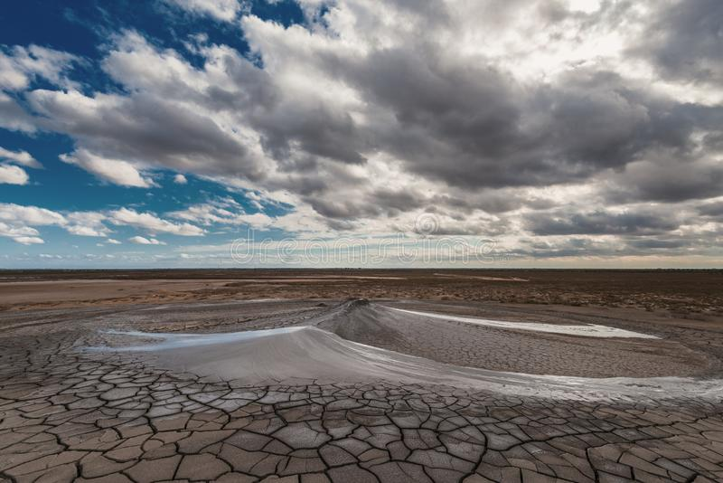 Éruption de volcan de boue, phénomène naturel photos libres de droits