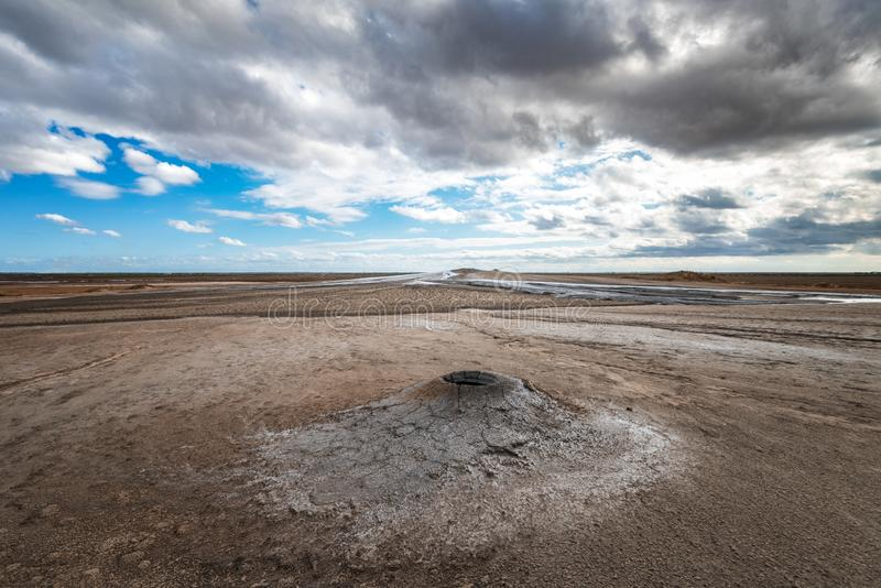 Éruption de volcan de boue, phénomène naturel photos stock