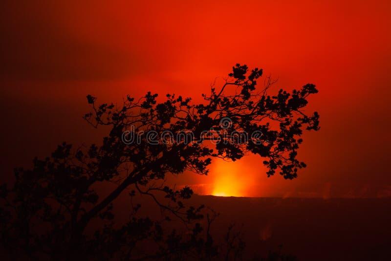 Éruption de volcan la nuit photos stock