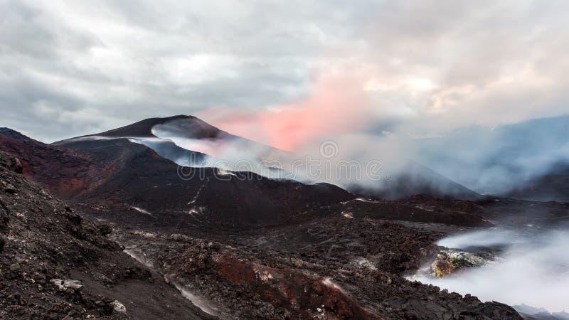 Éruption de volcan Tolbachik au coucher du soleil, péninsule de Kamchatka image stock