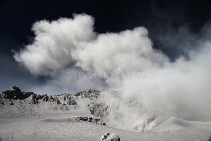 Éruption de Volcan Ubinas au Pérou photo stock