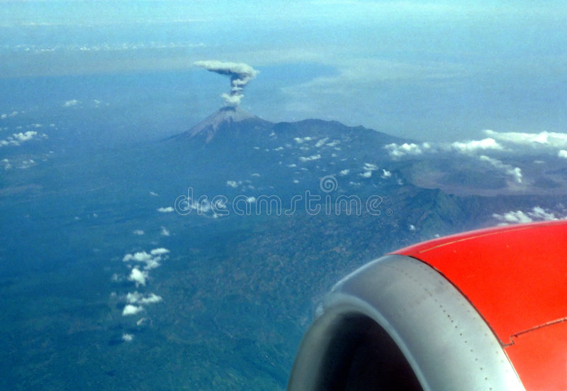 Éruption neuve de volcan images libres de droits