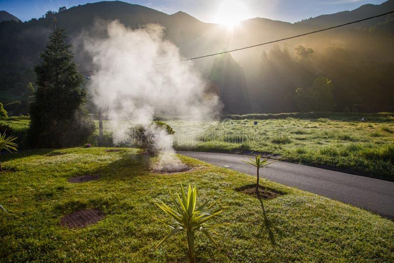 Éruption volcanique de vapeur chaude dans Furnas, île de Miguel de sao, archipel des Açores photos stock