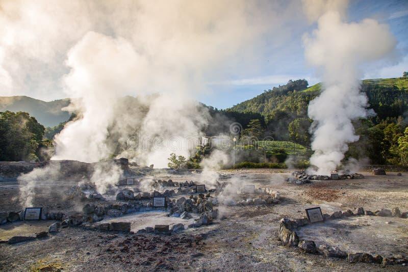 Éruption volcanique de vapeur chaude dans Furnas, île de Miguel de sao, archipel des Açores photographie stock libre de droits