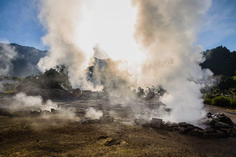 Éruption volcanique de vapeur chaude dans Furnas, île de Miguel de sao, archipel des Açores photos libres de droits