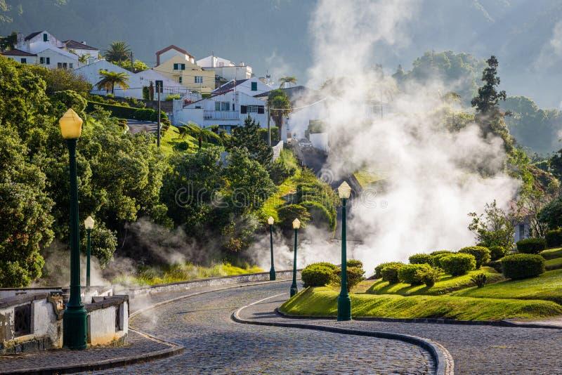 Éruption volcanique de vapeur chaude dans Furnas, île de Miguel de sao, archipel des Açores image stock