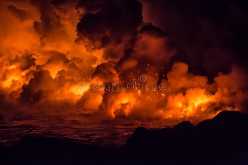 Éruption volcanique et écoulement de lave massifs en Hawaï image libre de droits